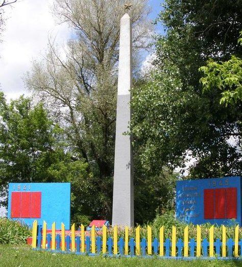 с. Куликовка Городнянского р-на. Памятник, установленный в 1985 году на братской могиле, в которой похоронено 30 воинов, погибших при освобождении села и памятный знак погибшим односельчанам.