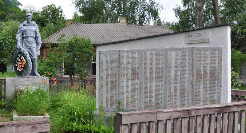 с. Коропье Козелецкого р-на. Мемориал, установленный в 1961 году на братской могиле, в которой похоронено 28 воинов 132 стрелковой дивизии и 26 мехбригады, погибших 21 сентября 1943 года, погибших при освобождении села и памятный знак погибшим односельчанам.
