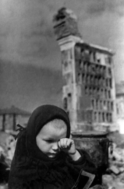 Маленькая жительница Гжатска на пепелище дома после освобождения города. Март 1943 г.