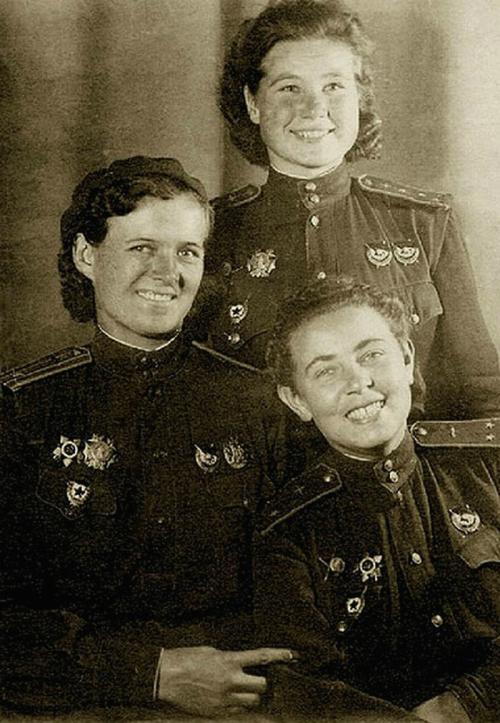 Евдокия Бершанская (слева), Мария Смирнова (стоит) и Полина Гельман. 1943 г.