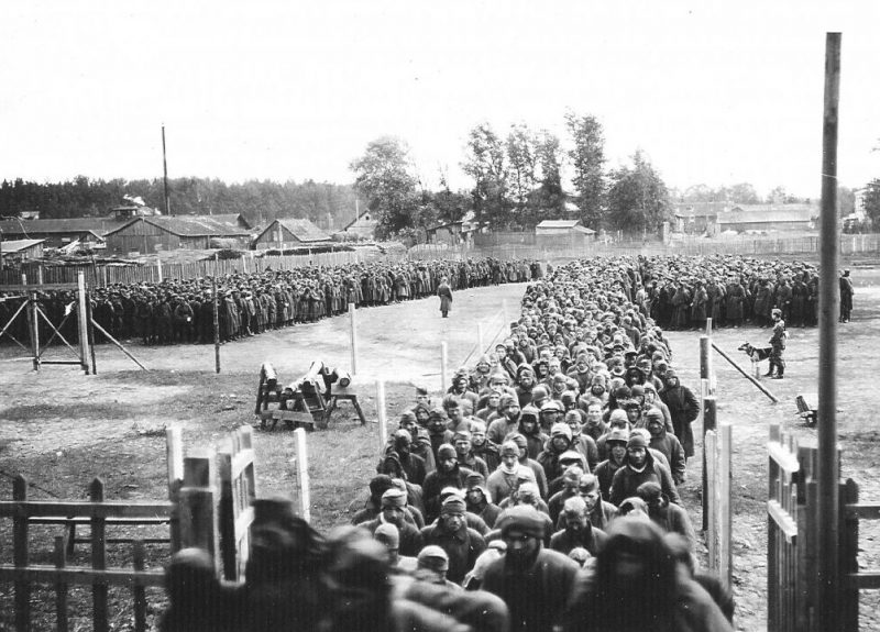 Советские военнопленные в районе г. Дно. 1941 г.