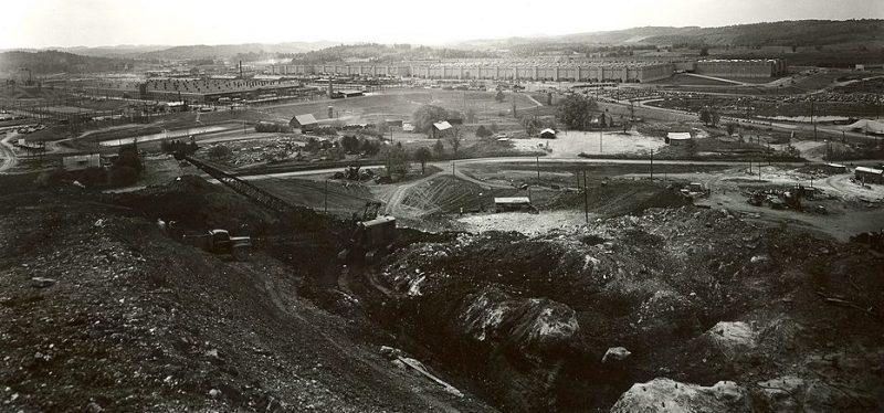 Общий вид с карьерного холма, показывающий установки по производству урана K-1401 и K-25. 1945 г.