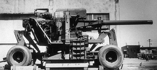120-мм мобильная зенитная пушка на железнодорожной платформе на армейской базе Норфолк. Апрель 1944 г.