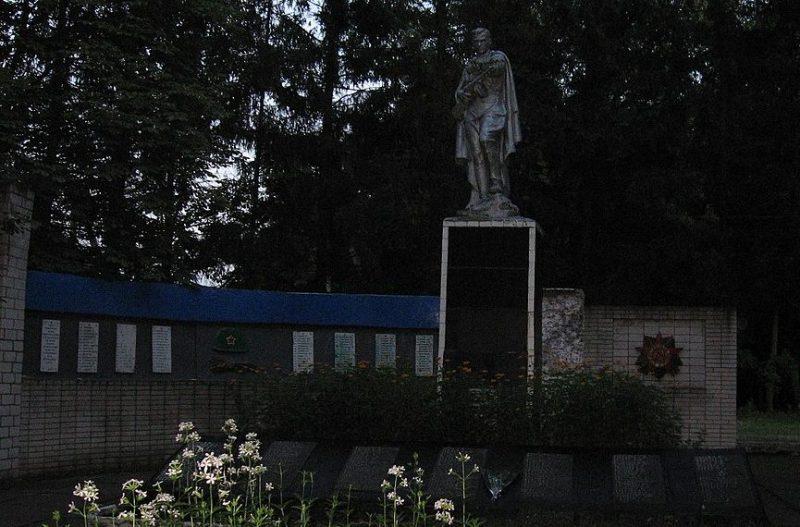 с. Шаповаловка Конотопского р-на. Памятник, установленный на братской могиле советских воинов и памятник воинам-землякам.