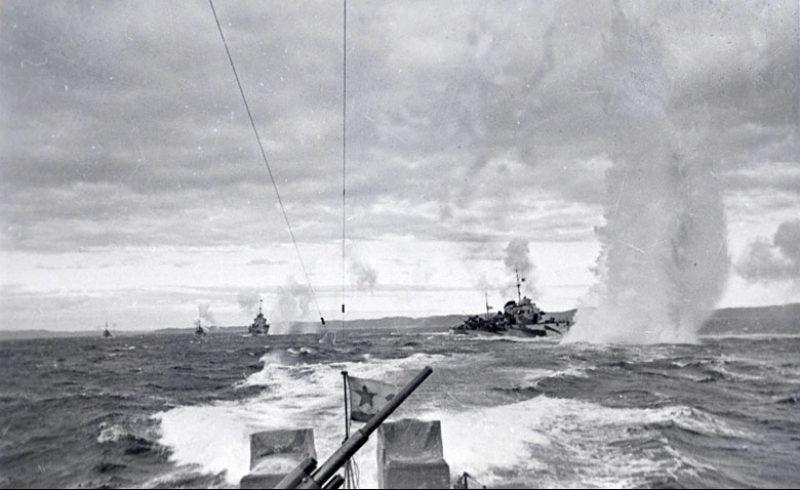 Корабли Северного флота, конвоирующие транспорт союзников, отражают воздушную атаку немецких самолетов. Сентябрь 1942 г.