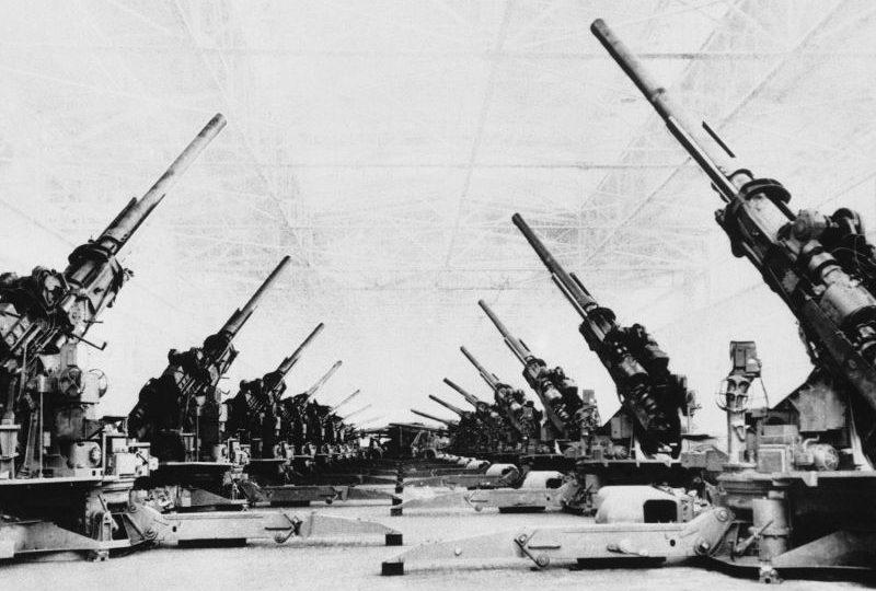 Цех по сборке 120-мм зенитных пушек М1 на заводе компании «Фишер Боди» в Детройте. Июнь 1944 г.