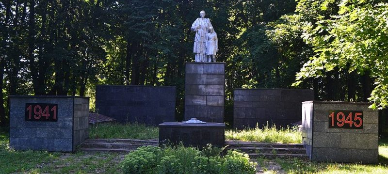 с. Штеповка Лебединского р-на. Мемориал, установленный на братской могиле воинов, погибших при освобождении села и памятный знак погибшим односельчанам.