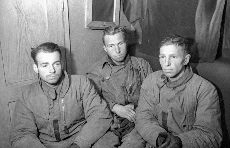 Члены экипажа немецкого бомбардировщика Ю-88, взятые в плен краснофлотцами. Мурманская область, 1942 г.
