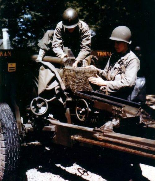 Американские артиллеристы готовят 76 мм противотанковое орудие М5 к транспортировке для операции «Оверлорд». Июнь 1944 г.