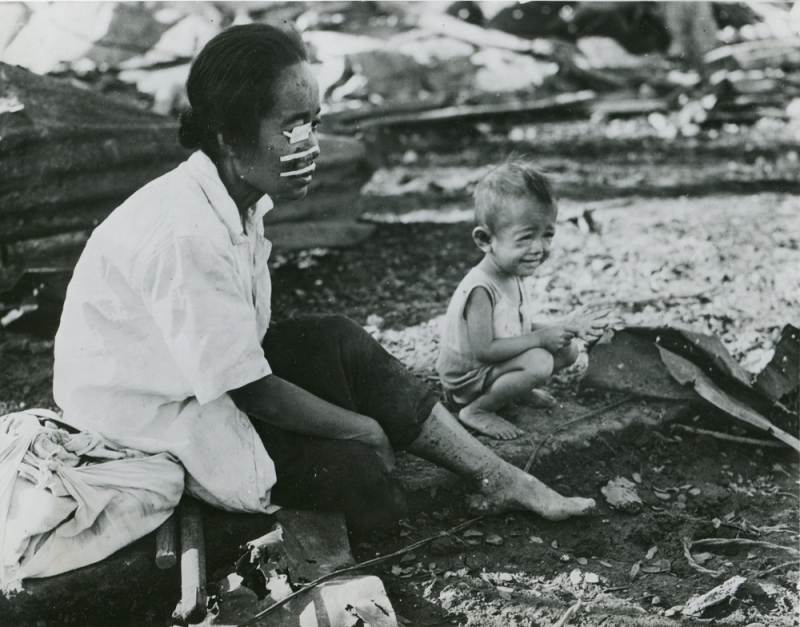 Раненная филиппинка с ребенком. Март 1945 г.