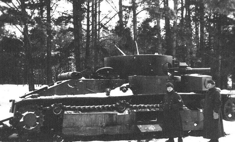 Немцы у подбитого советского танка. Январь 1942 г.