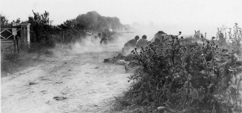Американские артиллеристы ведут огонь по позиции немецкого снайпера из 3-дюймовой противотанковой пушки M5. Нормандия, июнь 1944 г.