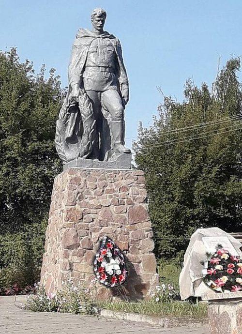 с. Беево Липоводолинского р-на. Памятник, установленный на братской могиле советских воинов и памятный знак воинам-землякам.