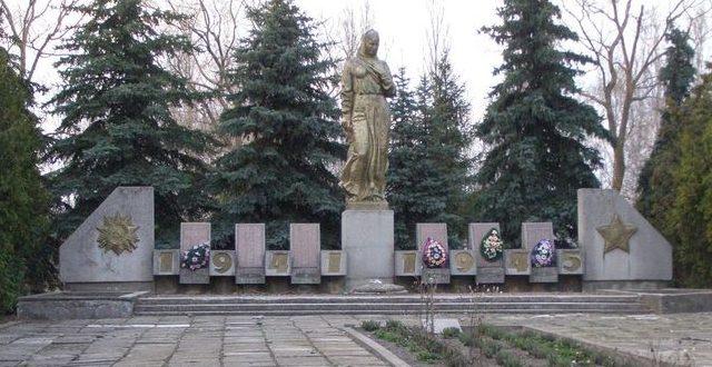 с. Юровка Конотопского р-на. Памятник погибшим односельчанам и могила младшего лейтенанта Григораша Я. Г.