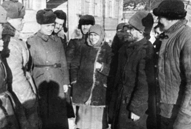 Бойцы и командиры Красной Армии с жителями города Гжатска. Март. 1943 г.