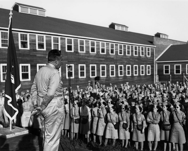 Генерал Лесли Р. Гровс-младший с обслуживающим персоналом Ок-Ридж, штат Теннесси. Август 1945 г.