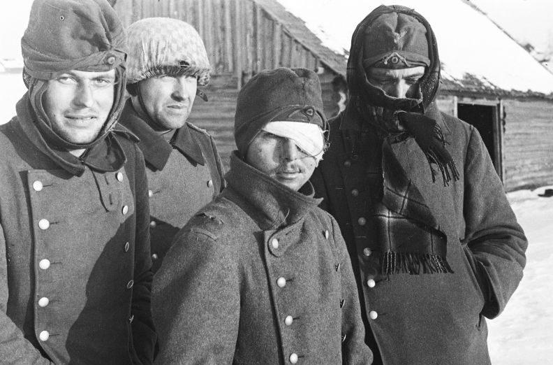 Немецкие солдаты, плененные на Калининском фронте, под конвоем красноармейцев. 1942 г.