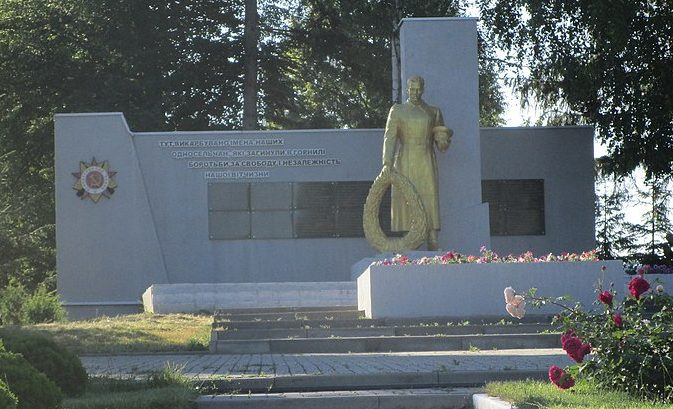 с. Большая Рыбица Краснопольского р-на. Памятник, установленный на братской могиле советских воинов, жертв фашизма и памятный знак воинам-землякам.