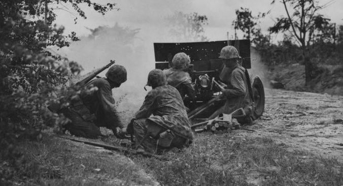 Морские пехотинцы на Сайпане у 37-мм противотанковой пушки М3. Июнь 1944 г.