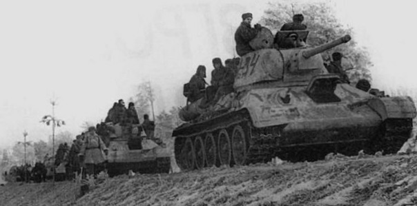 Танковая колонна 1-го Украинского фронта на марше по Житомирскому шоссе. Декабрь 1943 г.