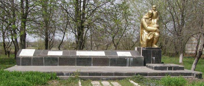 с. Пекуровка Городнянского р-на. Памятник погибшим односельчанам, установленный в 1974 году.