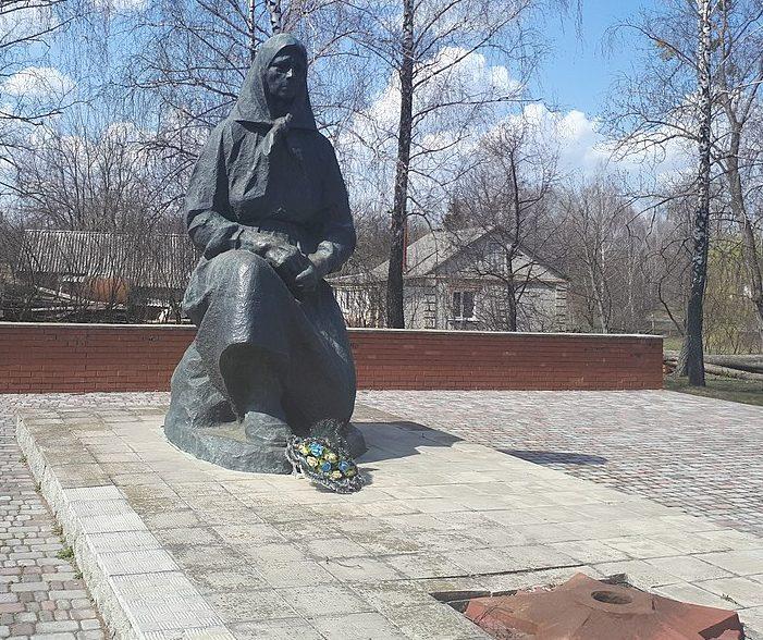 с. Лепешки Роменского р-на. Памятник, установленный на братской могиле советских воинов.