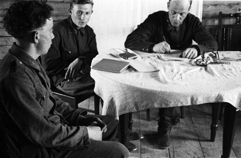 Советский командир допрашивает немецкого солдата, плененного на Калининском фронте. 1942 г.