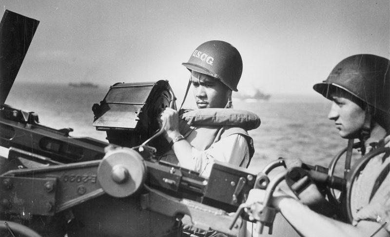 Расчет зенитной пушки на транспорте Береговой охраны США во время высадки в Нормандии. Июнь 1944 г.