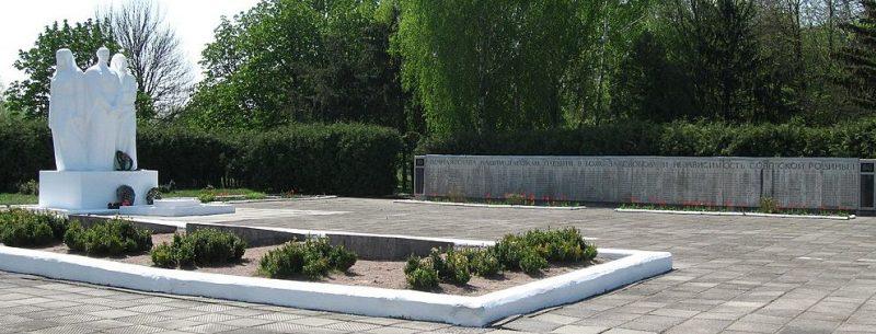 п. Липовая Долина. Памятник погибшим советских воинов и землякам, не вернувшимся с войны.