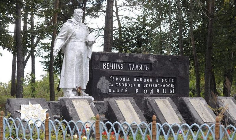 с. Запселье Краснопольского р-на. Памятник, установленный на братской могиле советских, воинов среди которых похоронен Герой Советского Союза Мирошниченко П.П.