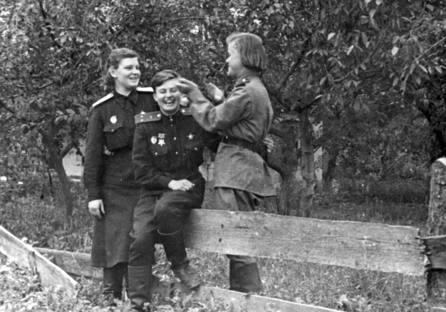 Свободное время от полетов: Е.Карпунина, Н. Меклин, Е. Руднева. 1943 г.