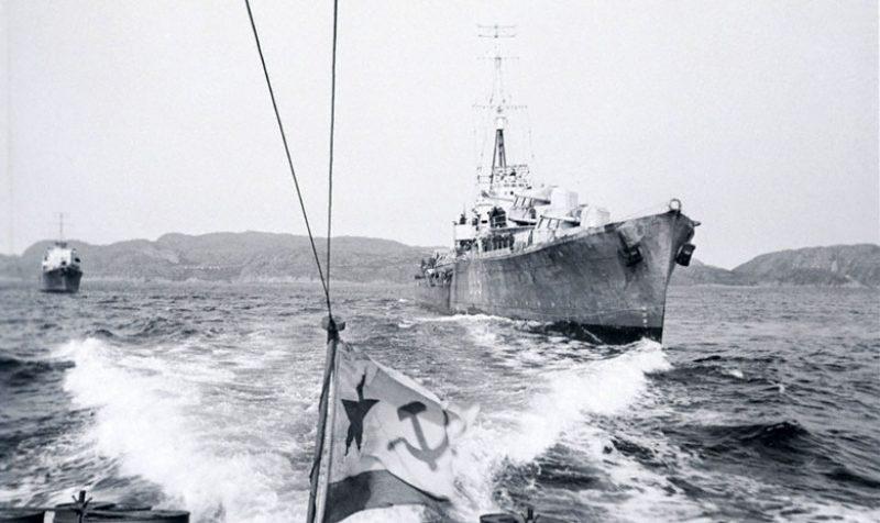Катер «морской охотник» Северного флота сопровождает английские военные корабли, прибывшие для совместных боевых действий. 1942 г.