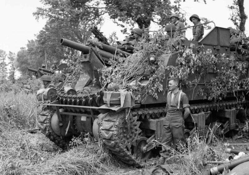 Батарея САУ М7 «Прист» в поле у французской деревни Эрманвиль-сюр-Мер. Июнь 1944 г.