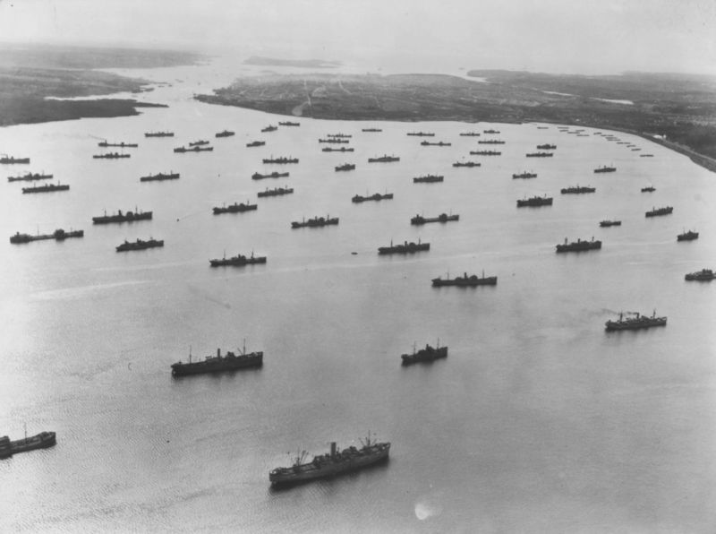 Суда союзного конвоя в гавани Бедфорд Бейсин в Галифаксе. 1942 г.