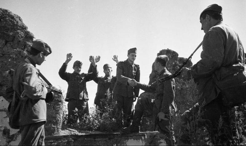 Венгерские солдаты сдаются в плен. Курская область, 1942 г.