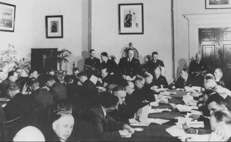 Совещание капитанов и начальников радиостанций кораблей морского конвоя союзников в «Адмиралтейском доме» в Галифаксе. 1942 г.