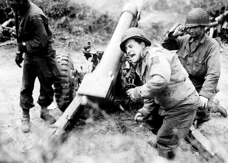 Американские гаубицы обстреливают немецкие войска, отступающие недалеко от Карентана, Франция. Июль 1944 г.