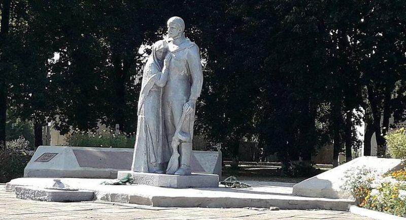 с. Саи Липоводолинского р-на. Братская могила советских воинов и памятник воинам-землякам.