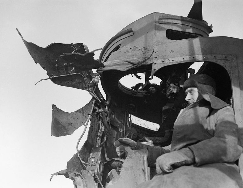 Повреждения на эсминце HMS «Saumarez», который получил прямое попадание снаряда во время битвы у Нордкап. Январь 1943 г.