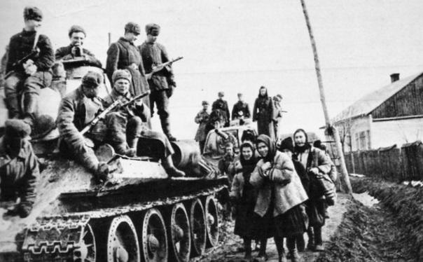 Местные жители встречают освободителей. 4 января 1944 г.