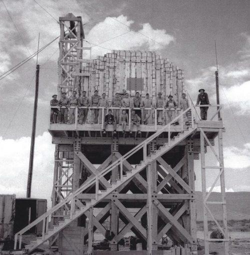 Вышка со 100 тоннами тротила, взрыв которого был необходим для подготовки приборов и оборудования при испытании атомной бомбы на полигоне Аламогордо. 7 мая 1945 г.