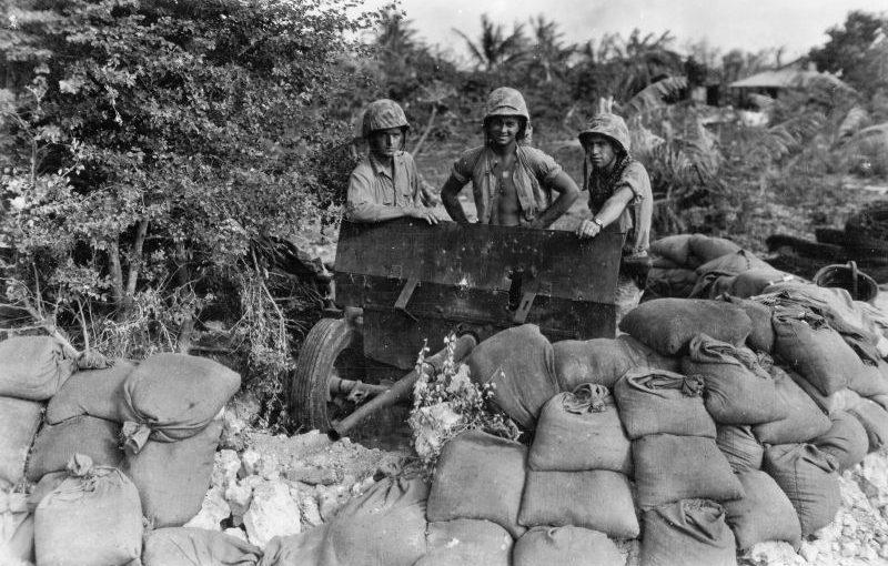Расчет 37-мм противотанковой пушки M3 во время боев за Сайпан. Июль 1944 г.