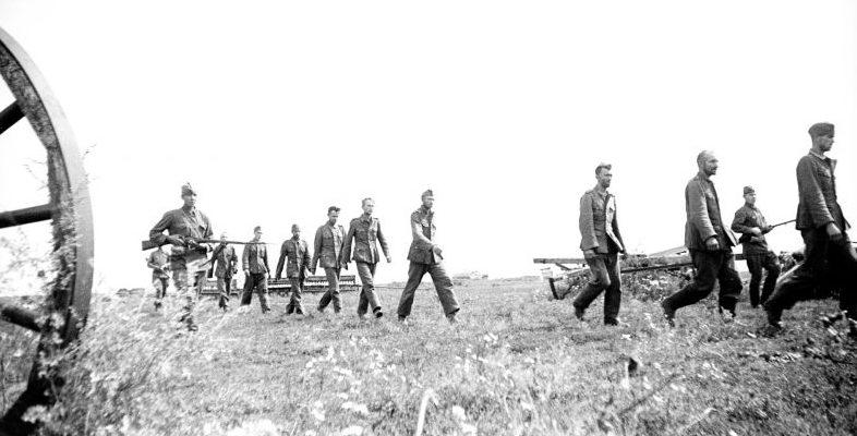 Немецкие пленные солдаты, захваченные южнее Воронежа под конвоем красноармейцев. 1942 г.