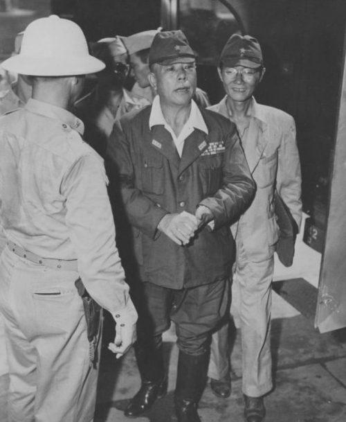 Японский генерал-лейтенант Ямасита Томоюки прибывает в Манилу под конвоем американских военных полицейских. Октябрь 1945 г.