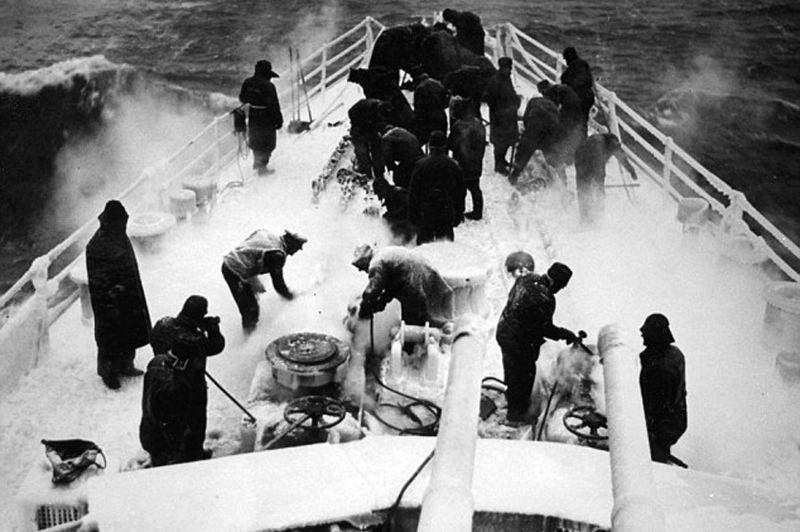 Моряки британского легкого крейсера HMS «Scylla» убирают лед с носовой части корабля во время сопровождения конвоя JW-53 в СССР. Февраль 1943 г.