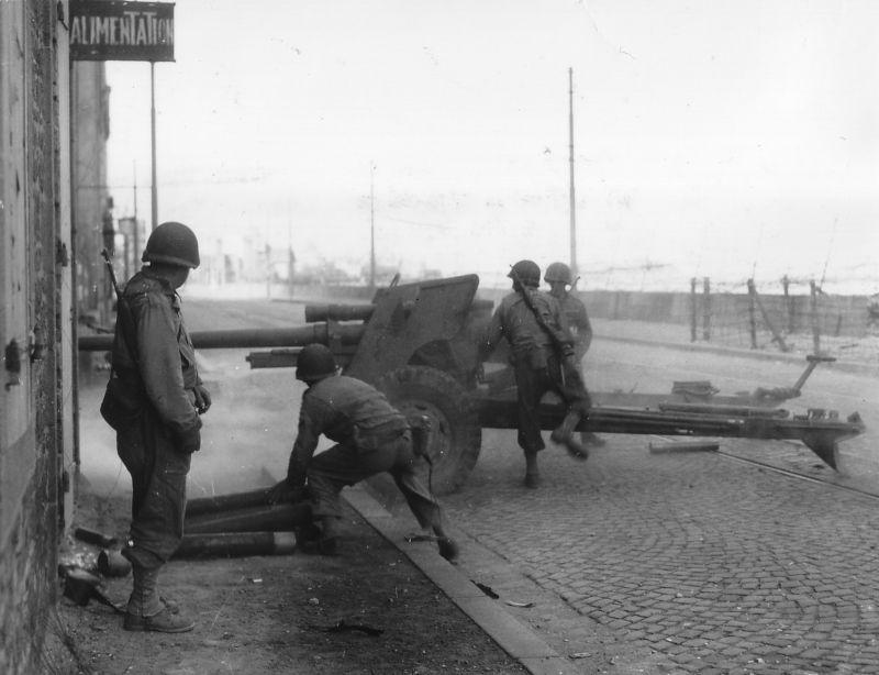 76,2-мм противотанковая пушка М5 на Приморской набережной в Сен-Мало. Август 1944 г.