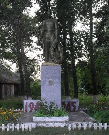 с. Мироновка Шосткинского р-на. Памятник, установленный на братской могиле 12 советских воинов, похороненных в сентябре 1943 г.