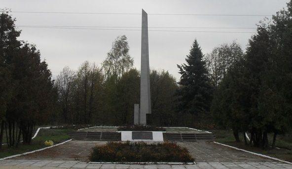 п. Краснополье. Памятный знак на месте, где проходила линия фронта.
