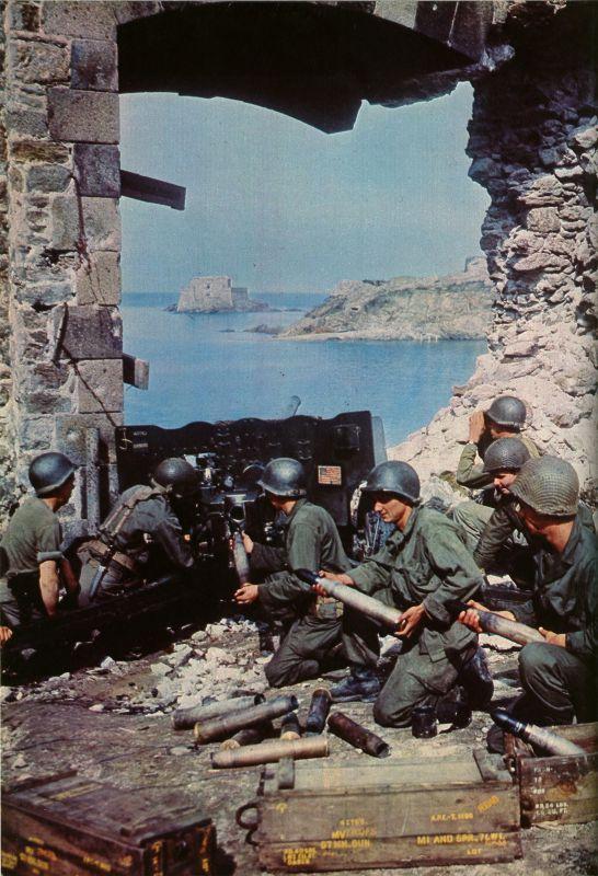 Артиллеристы у 57-мм противотанковой пушки М1 во французском городке Сан-Мало. Август 1944 г.