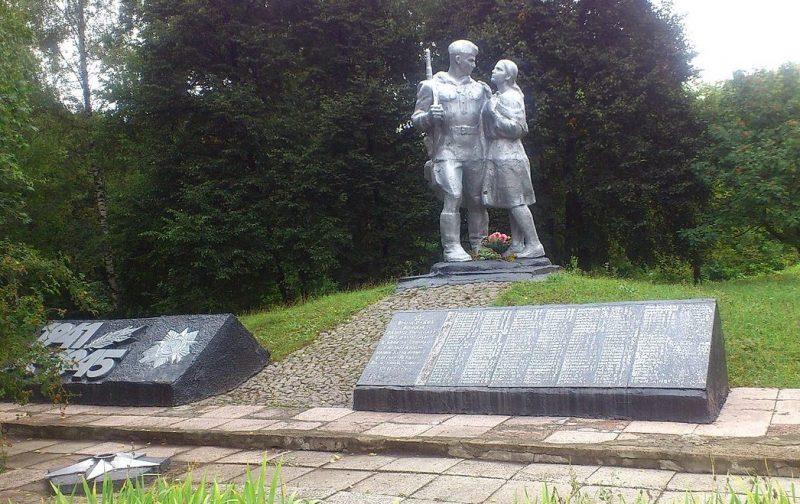 с. Яснопольщина Липоводолинского р-на. Памятник, установленный на братской могиле советских воинов и памятник воинам-землякам.